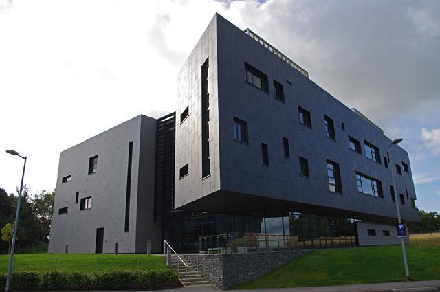 Tòa nhà ISS chỗ mình phỏng vấn, trường màu đỏ mà chơi cái tòa nhà đen thui